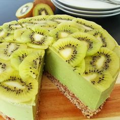 Best Cake-Decorating Ideas With Fruit 11 of 50 Kiwi. Juicy fruits on top of a rich and sweet cake. Cakes can be beautifully decorated in a number of ways. Kiwi Cake, Cake Recept, Easy Cake Decorating, Decorating Ideas, Tomato Pie, Good Food, Yummy Food, Juicy Fruit, Sweet Cakes