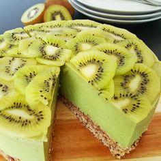 Voor deze gezonde kiwi avocado kwarktaart (optioneel met Whey) heb je géén oven nodig. De rauwe bodem bestaat o.a. uit dadels, hazelnoten en havermout.
