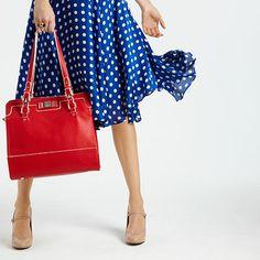 A bolsa ficou linda ao lado do vestidinho azul, quebrando o ar romântico da estampa de poás e a delicadeza do sapato nude, na composição sugerida pelo site Good Housekeeping.