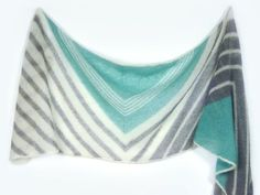Maritime stripes and triangles that remind me of sails led me to the name WINDSEEKER – a windseeker is a sail that is hoisted to make the most of a light breeze. And light as a breeze it is, the WINDSEEKER shawl! Only 111 gram of mohair is used for this