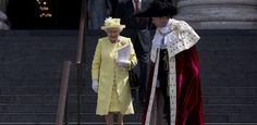 """Âncora da Globo se impressiona com vestido de rainha e decreta: """"Poderosa!"""" #Desfile, #Globo, #Guerra, #Hoje, #Twitter http://popzone.tv/2016/06/ancora-da-globo-se-impressiona-com-vestido-de-rainha-e-decreta-poderosa.html"""
