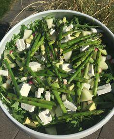 Sommerlig grøn salat m. grillede asparges, radiser, melon & feta