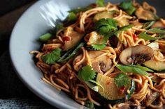 Sehen diese Nudeln nicht lecker aus? Und ich kann dir verraten: Das sind sie auch. Wenn du Erdnusssauce und generell asiatische Gerichte magst, wirst du diese Nudeln lieben! Knoblauch, Ingwer, Chili, Erdnüsse... Die Aromen in diesem Gericht harmonieren wunderbar und…