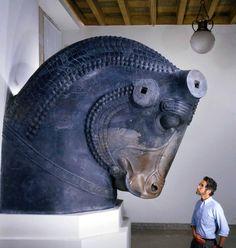 Bull sculpture, Achaemenid period ca. 550 - 330 BCE. Las orejas y los cuernos hechos por separado están ahora desaparecidos. La brillante pintura original en el toro también ha desaparecido. Compra: William Rockhill Nelson Fideicomiso. Nelson-Atkins Museum of Art. Kansas City, Missouri.