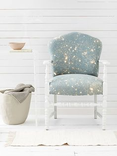 Get the how-to for crafting your own DIY bleach-splattered chair #diy #crafts