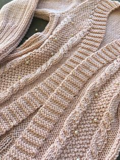 Cardigan Rose com Pérolas Cardigan Rosa, Knit Cardigan Pattern, Pullover, Knitting, Blog, Sweaters, Fashion, Knitted Hats, Crochet Jacket