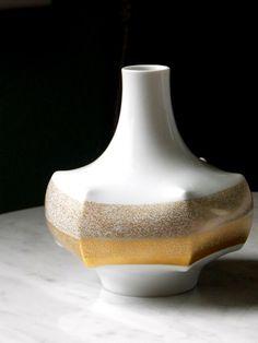 White and gold porcelain vase, UFO vase, POp art, White And Gold Decor, White Vases, White Gold, Porcelain Vase, Ufo, Mid-century Modern, Pop Art, Coupon, German