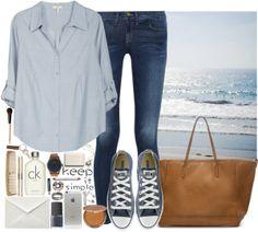 Blusa celeste y zapatillas