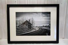 """1/1 painos teoksesta nimeltä House by the road – Talo tien varressa, näyttelyistä """"Jotain uutta, jotain vanhaa"""" (Galleria Fogga, Helsinki) ja """"Sekosiko sukumme"""" (Ahola, Somero) """"Summer season"""" (Propeller Gallery, Taalintehdas).  Teos ei ole uusi! Ei näkyvää kulumaa tai käytön jälkeä.  Koko 40cm x 30cm x 5cm Vuosi 2013  Tyylikäs mustavalkokuva autioituneesta talosta joka on vedostettu laadukkaalle Fujicolor valokuvapaperille ja kehystetty mustiin paksureunaisiin kehyksiin.  Teos on…"""