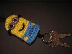 Despicable Me Minion Key Cozy ༺✿Teresa Restegui… Crochet Home, Crochet Crafts, Crochet Projects, Knit Crochet, Crochet Keychain Pattern, Crochet Bookmarks, Minion Crochet Patterns, Crochet Minions, Crochet Key Cover