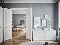 I like the combination of the cool grey walls with the warm wooden flooring in this apartment. The white linen bedding in the bedroom makes this room look very fresh and the natural Thonet dining chairs in the living room … Continue reading → Trendy Bedroom, Cozy Bedroom, Bedroom Decor, Living Room Modern, Living Room Designs, Living Room Decor, Shades Of Grey Paint, Gray Paint, Gravity Home