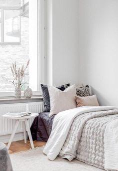 Small Scandinavian Bedroom Design via vaningen.se Scandinavian Bedroom Decor, Scandinavian Interior Design, Scandinavian Home, Grey Sheets, Minimalist Room, Home Decor Inspiration, Decor Ideas, Headboard And Footboard, White Pillows