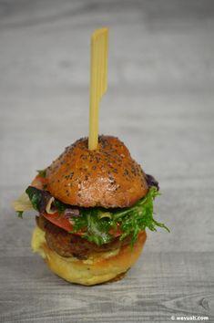Domácí hamburgerové housky | wevush.com Salmon Burgers, Hamburger, Food And Drink, Ethnic Recipes, Party, Parties, Burgers