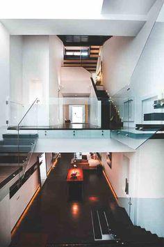 wohnzimmer-grau-weiss-glas-minimalistisches-design-loft-wohnung ...