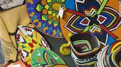 Un complejo entramado de colores del arco iris obras de perlas y alambre son un elemento básico de la vestimenta tradicional zulú.