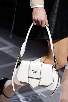 Prada Primavera/Verano Womenswear - Fashion Week, Página 60 ( España - look Couture Makeup, Sacs Design, Jacquemus, Prada Spring, Branded Bags, Vintage Bags, Luxury Bags, Mannequins, My Bags