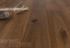 Diese Woche empfehlen wir Ihnen die Landhausdiele Eiche Denver. Dieser Parkettboden besticht durch seine exklusive Oberflächenbearbeitung und dem daraus resultierenden beeindruckend antiken Charakter! Die rustikalen Eiche-Parkettdielen werden von Hand gehobelt und anschließend gebürstet. Ganz besonders werden Äste und markante Holzstrukturen herausgearbeitet. Ein richtiger Eye-Catcher ist der Parkett Denver in Kombination mit schlichter, moderner Einrichtung! #parkett #woodfloor #wood
