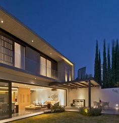 Diseño de terraza y jardín interior de casa de dos pisos