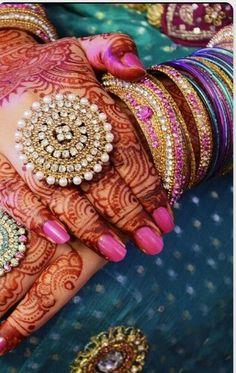 nice Bridal hand mehendi or henna designs. Hand Jewelry, India Jewelry, Gold Jewellery, Diamond Jewelry, Jewelry Sets, Indian Accessories, Bridal Accessories, Bridal Rings, Bridal Jewelry
