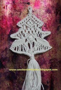 Un'altra idea per decorare l'albero di Natale.   Piccoli alberelli realizzati con la tecnica dei nodi macramè     cotone n°5     c...
