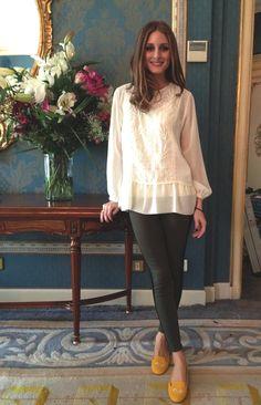 Calça de couro + bata bem feminina pra suavizar a composição