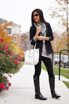 leguins negros, botas negras, camisa clara y sweter largo o saco negro