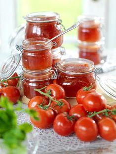 Tomatmarmelad passar fint på ostbrickan. Odlar du egna tomater och många tomater mognar samtidigt – då här det här ett utmärkt recept. Chutney, Diet Recipes, Snack Recipes, Homemade Sweets, Smoothie, Tomato Garden, Recipe For Mom, Afternoon Tea, Food Hacks