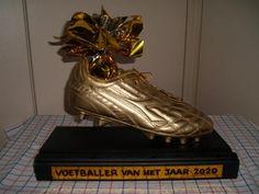 Gouden Voetbalschoen als sinterklaassurprise Diy Crafts To Do, Crafts For Kids, Art For Kids, Vans, Gifts, Surprise Surprise, Giveaways, School, Projects