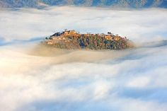 Le chateau Takeda au Japon, un chateau flottant dans les nuages - http://www.2tout2rien.fr/le-chateau-takeda-au-japon-un-chateau-flottant-dans-les-nuages/