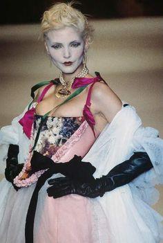 - Vivienne Westwood show - Nadja Auermann Fashion History, 90s Fashion, Runway Fashion, Fashion Models, High Fashion, Fashion Show, Fashion Design, Fashion Trends, 90s Models