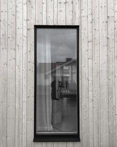 "Vipan 22 on Instagram: ""8000 spik.  Fyra slag per spik.  För hand, old school style. 32 000 slag. Ca. 💪 @gustafzimmermanbyggab  @peteringlundbyggb #snickare…"" Old School Style, Slag, Wooden Facade, Spikes, Oversized Mirror, Instagram, Cnd Nails, Studs, Riveting"