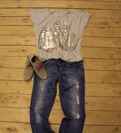 GLIMMERONSDAG byder i dag på Alma paliet toppen sat til et par slidte jeans på en lidt mere rå måde og et par behagelige ruskinds sko fra Soon. Tjek udsalgskategorien her: http://www.tankestrejf.dk/udsalg.html