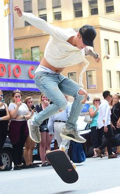 JUSTIN BIEBER Fresh off his MTV VMAs performance, the musician shows off his skateboarding skills to fans in NYC. #celebrity #justinbieber