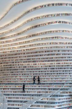Stadsbiblioteket i Tianjin Binhai är en fröjd för ögat. De futuristiska lokalerna spänner över en yta av 33 700 kvadratmeter och huserar över 1,2 miljoner böcker.