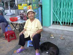ベトナム、ホーチミン(2005年)  通りの話好きのおばあちゃん。