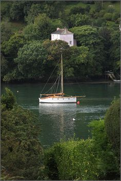 """Up the Creek,"" Point, Cornwall, England. Photo: Capt' Gorgeous, used to live just down the road from that pink 'delta cottage' it's called ♥ England Ireland, England And Scotland, England Uk, Oxford England, London England, Devon And Cornwall, Cornwall England, Yorkshire England, Yorkshire Dales"