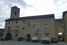 Ayuntamiento de Aínsa junto al Portal Alto