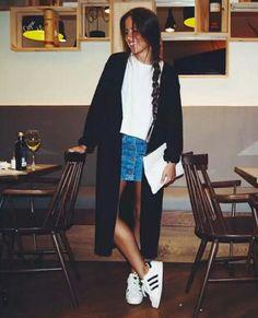 Polera blanca + falda jeans + zapatillas blancas + chaleco largo negro