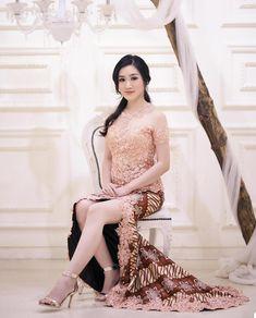 Model Dress Kebaya, Kebaya Modern Dress, Indonesian Kebaya, Kebaya Bali, Model Kebaya Modern, Kebaya Brokat, Kebaya Muslim, Batik Fashion, Joko
