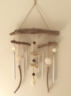 Carillon en bois floated by the Atelier de Cori . Driftwood Mobile, Driftwood Art, Seashell Crafts, Beach Crafts, Shell Wind Chimes, Driftwood Projects, Hanging Mobile, Bottle Painting, Drift Wood