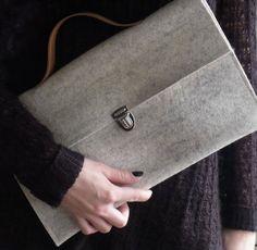 Clutch Aktentasche Portfoliotasche aus hellgrauem FILZ mit braunen LEDER Träger