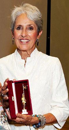 Joan Baez wurde nach ihrem Konzert in Wien mit dem Wiener Rathausmann geehrt. #musik #music