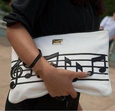 Pochette bianca in pelle con note musicali