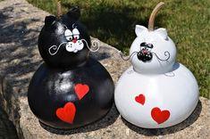 "Cabaça e arte: ""I think I saw a pussy cat! Rose Crafts, Cat Crafts, Diy And Crafts, Decorative Gourds, Hand Painted Gourds, Ceramic Birds, Ceramic Animals, Clay Cats, Gourds Birdhouse"