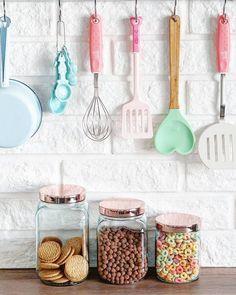 Inspirações para utilizar Rose Gold na cozinha Bakery Kitchen, Kitchen Decor, Kitchen Design, Kitchen Gadgets, Kitchen Appliances, Cocina Shabby Chic, Pastel Kitchen, Cute Kitchen, Kitchen Styling