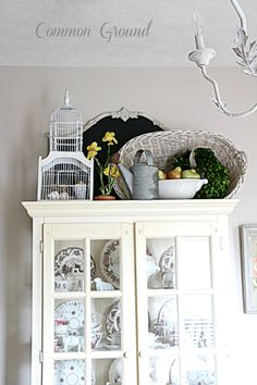 Kitchen Decor Art and Pics of Kitchen Wall Decor Ideas Images. Top Of Cabinet Decor, China Cabinet Decor, Cabinet Ideas, Hutch Ideas, Top Of Cabinets, Above Cabinets, Retro Home Decor, Diy Home Decor, Decorating Above Kitchen Cabinets