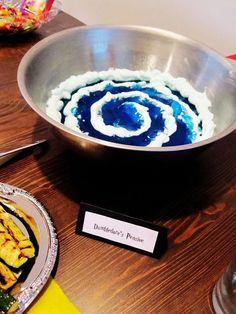 Un Pensadero de Dumbledore hecho con gelatina y crema batida es un delicioso bocadillo.   31 Formas de organizar la mejor fiesta de cumpleaños con tema de Harry Potter