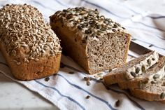 Celozrnný chléb bez hnětení - Kitchenette - My site Bread Recipes, Cooking Recipes, Good Food, Yummy Food, Bread And Pastries, Sourdough Bread, Banana Bread, Bakery, Food And Drink