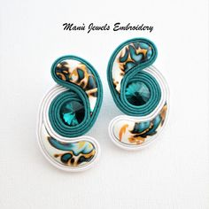 Soutache earrings yin yang emerald And White. Stud Tao earrings of the soutache Jewelry collection. Boho chic earrings to Wear on special occasions. Yin And yang the essenze of life. Original earrings for to be always fashionable, colorful earrings