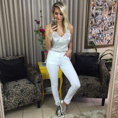 E agora o 3º look usando a blusa metalizada que além de linda é uma peça versátil.  E vocês gostaram mais de qual dos 3 looks? Com o shorts jeans (1) saia de courinho (2) ou calça branca (3)?